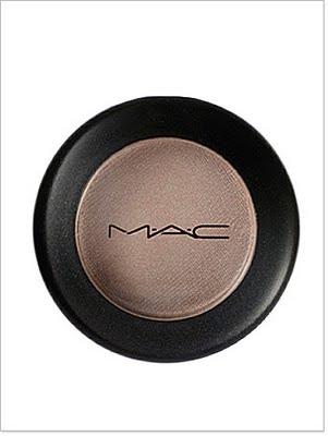Questo beige apparentemente insignificante è Omega di Mac, amatissimo da molte per definire le sopracciglia! Sempre chiaro, ma una volta applicato dona un effetto molto naturale.