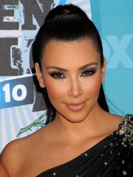 Un esempio da evitare: la pelle fintissima, quasi photoshoppata di Kim Kardashian