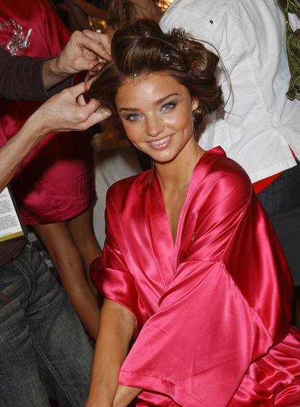 """Le bellissime modelle di Victoria's Secret sono famose per i make-up bronzy e luminosi: """"consoliamoci"""" ragazze, alla luce del sole l'effetto sarebbe molto innaturale"""