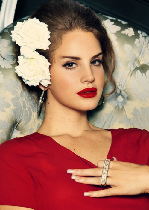 lana-del-rey-flowers-in-hair