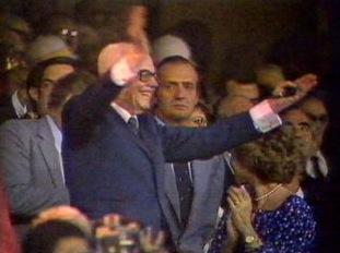 ...e lo fa anche il Presidente Pertini dalla tribuna!