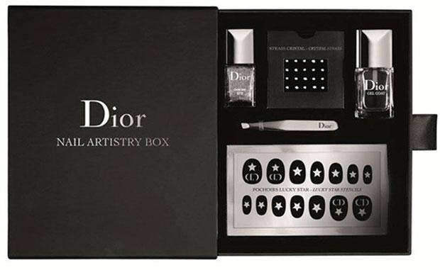 malto Chrome formato mini; – Dior gel top coat; – set di cristalli Swarovski; – pinzetta di precizione; – set Mr. Dior's lucky star e clover charms, adesivi per unghie logati Dior.