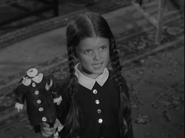 La piccola Mercoledì nella versione del '64 ha una bambola di Maria Antonietta che lei stessa ha decapitato... che amore di bambina!