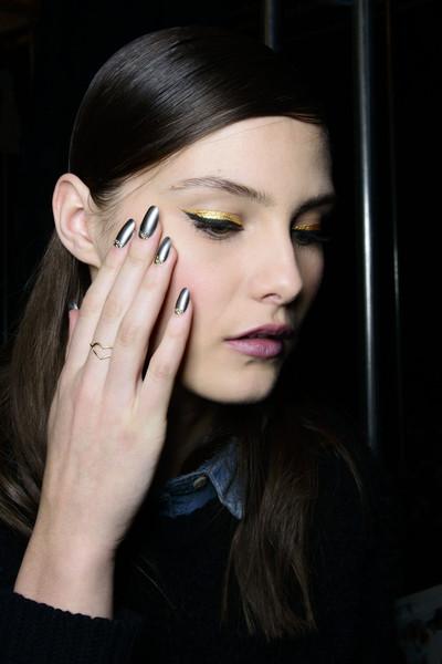 L'eyeliner nero aggiunge definizione all'oro metallico