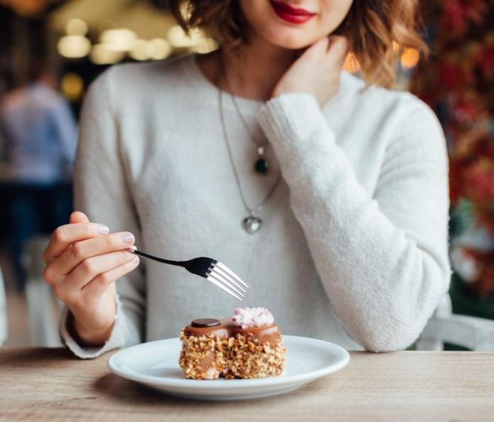 cliomakeup-cena-fuori-dieta-3-eating-dessert