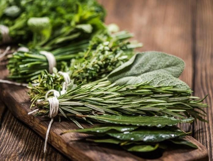 cliomakeup-psoriasi-dieta-alimenti-14-erbe-aromatiche