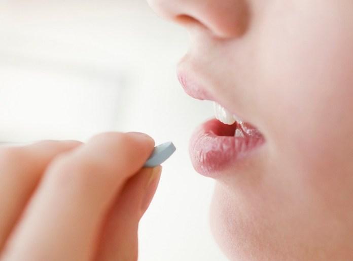 cliomakeup-cistite-prevenire-curare-6-taking-pills.jpg