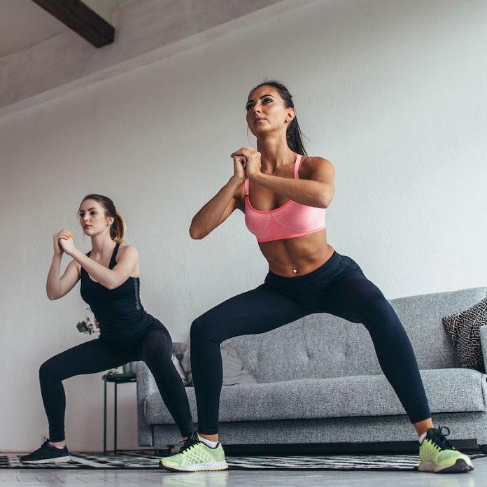 cliomakeup-esercizi-cellulite-4-squat-senza-peso