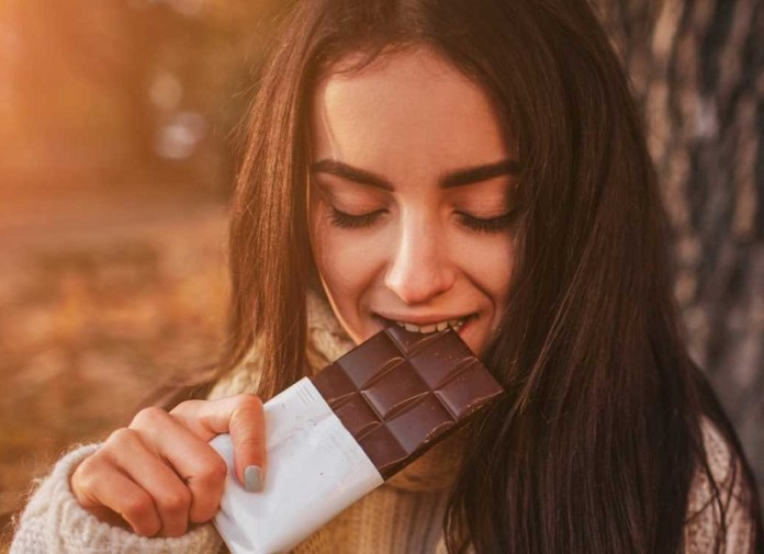 cliomakeup-dieta-acne-12-eat-chocolate