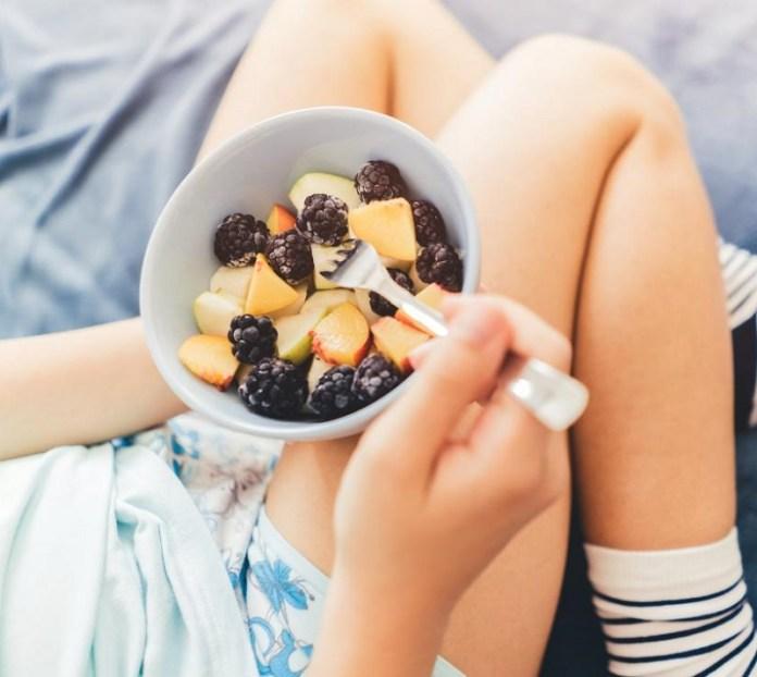 cliomakeup-dieta-gift-13-eating-fruit