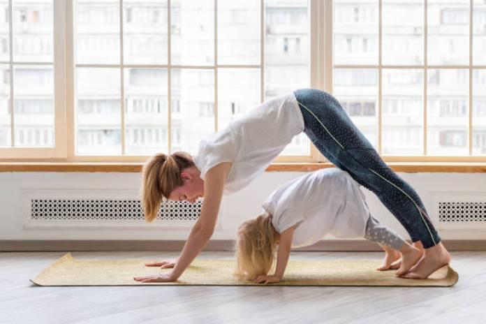 yoga per bambini: la posizione del cane a testa in giù