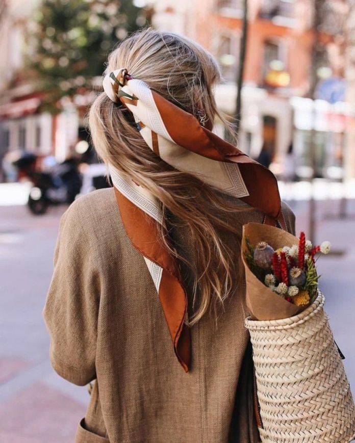 come pettinare i capelli con la mascherina: la coda alta con foulard