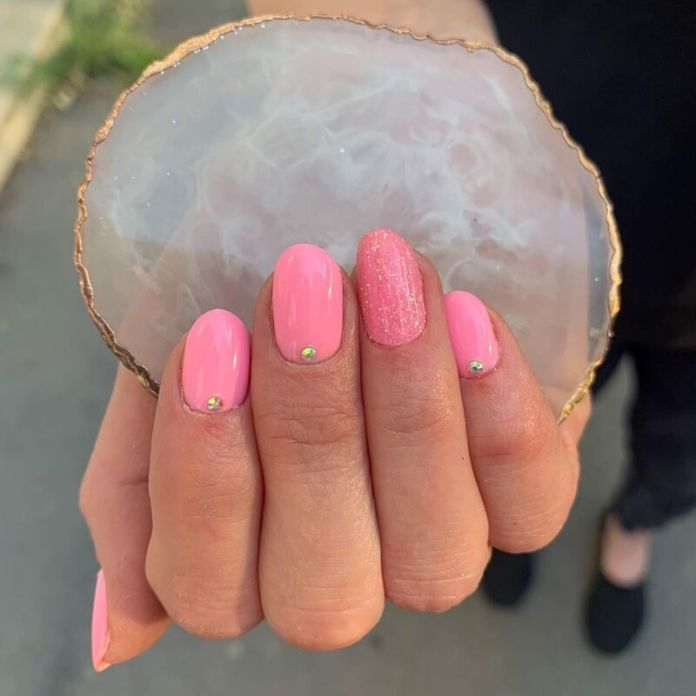 cliomakeup-colori-unghie-primavera-estate-2021-rosa-caldo