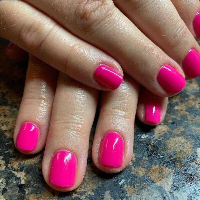 cliomakeup-colori-unghie-primavera-estate-2021-rosa-fluo