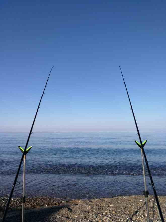 disposizione canne da pesca a feeder in spiaggia