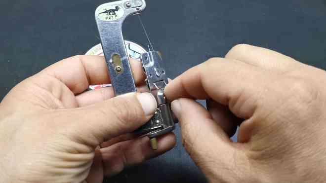 passaggio del nylon attraverso la levetta tieni filo