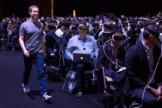 Mark Zuckerberg paseando junto a gente con visores Gear VR
