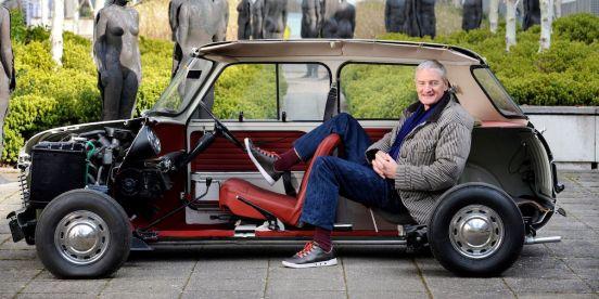 James Dyson en un Mini cortado por la mitad