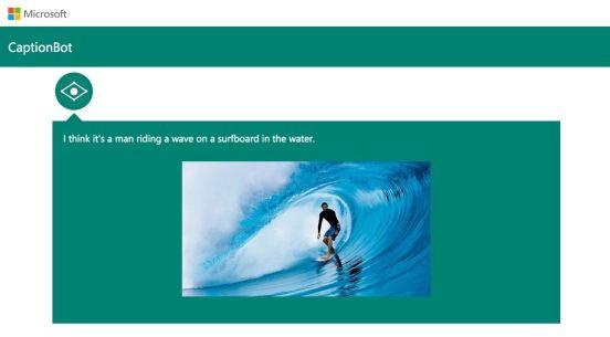 """CaptionBot describe perfectamente lo que muestra la imagen: """"Creo que es un hombre montando en una ola en una tabla de surf en el agua"""""""