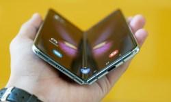 Samsung Galaxy Fold en una mano