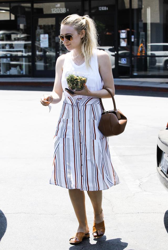 On Dakota Fanning:TularosaOliver Skirt($130);Mansur GavrielLeather Mules($475). Shop similar:MadewellWhisper Cotton Crewneck Muscle...