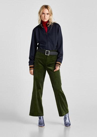 Pantalón de tiro alto con cinturilla ancha, cierre de botón y bolsillo de vivo con botón en espalda (39,95€)