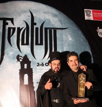 José Mojica, alias Zé Do Caixão, acompañado por el director de Feratum, Miguel Marín (Foto: Paulo Vidales / Imagen Latente)