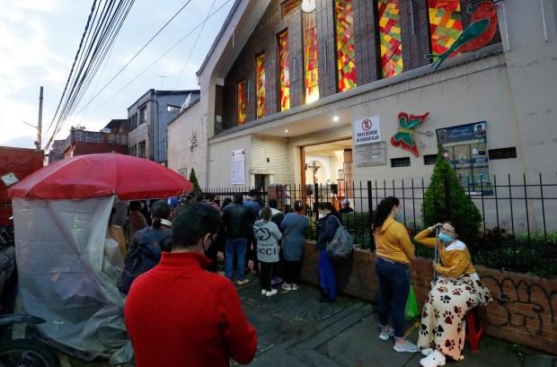 Pese al mal tiempo los fieles escuchan la misa desde afuera Foto Guillermo Torres Reina / Semana