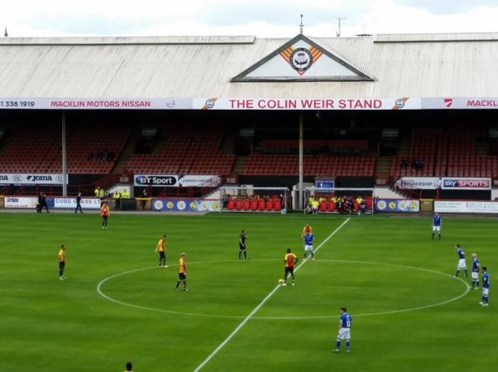 """La tribuna """"Colin Weir"""" en el estadio del Partick Thistle Football Club, de Escocia. Foto: @HiFlyGu"""