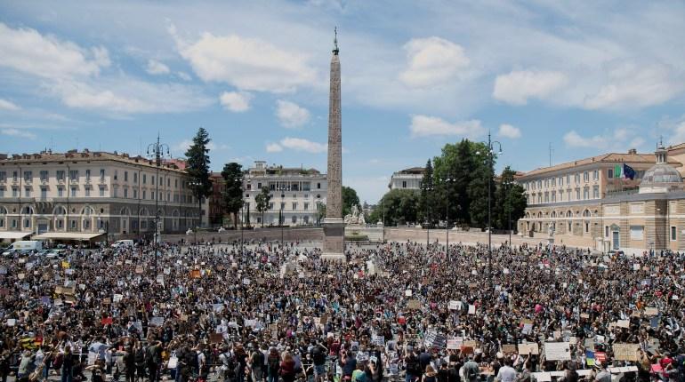 Una multitud protesta contra el racismo y la brutalidad policial en la emblemática Piazza del Popolo de Roma, el domingo 7 de junio de 2020, exigiendo justicia por la muerte de George Floyd, un afroestadounidense que murió a manos de la policía el 25 de mayo en Minneapolis. (Roberto Monaldo/LaPresse vía AP)