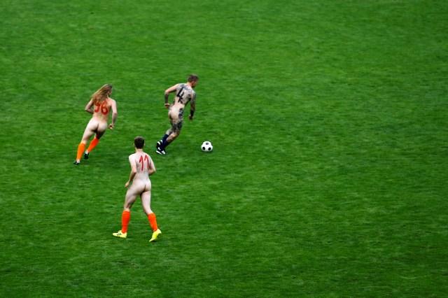El partido fue organizado por Gerrit Starczewski, un director, fotógrafo y artista independiente de Bochum. El departamento municipal de deportes también apoyó a los nudistas, ya que la liga regional está luchando financieramente por sobrevivir, mientras que en la primera y segunda división los equipos manejan presupuestos cada vez más grandes.