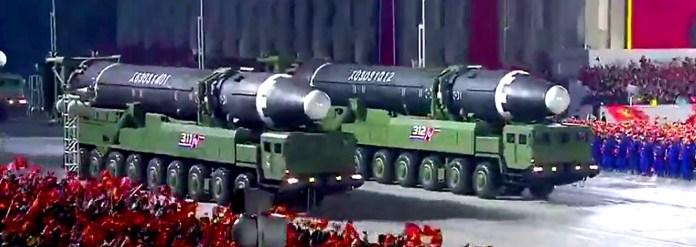 Una captura de pantalla tomada de una transmisión de la KCNA el 10 de octubre de 2020 muestra los misiles balísticos intercontinentales Hwasong-12 de Corea del Norte durante un desfile militar que marca el 75º aniversario de la fundación del Partido de los Trabajadores de Corea, en la plaza Kim Il Sung de Pyongyang (Foto de KCNA VIA KNS / AFP)