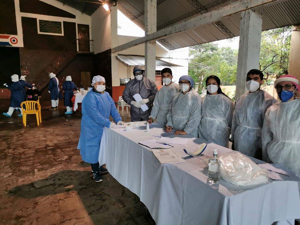 Funcionarios de la Novena Región Sanitaria tomaron muestras a pobladores. Foto: Gentileza.