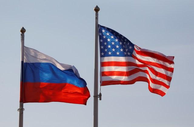 Flagi narodowe Rosji i USA latają na międzynarodowym lotnisku Wnukowo w Moskwie, Rosja 11 kwietnia 2017 r. REUTERS / Maxim Shemetov