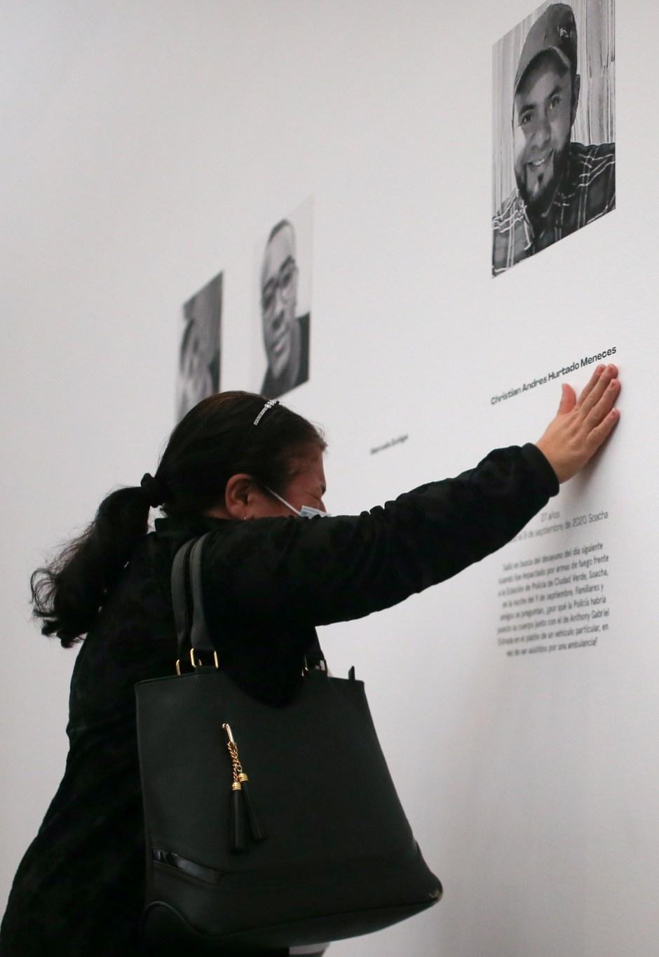 """María Helena Meneces, madre de Cristhian Hurtado Meneces, quien murió en las protestas contra la brutalidad policial en 2020, llora frente a la fotografía de su hijo en la instalación artística """"Vidas Robadas"""" en Bogotá, Colombia el 2 de junio de 2021. REUTERS / Luisa González"""