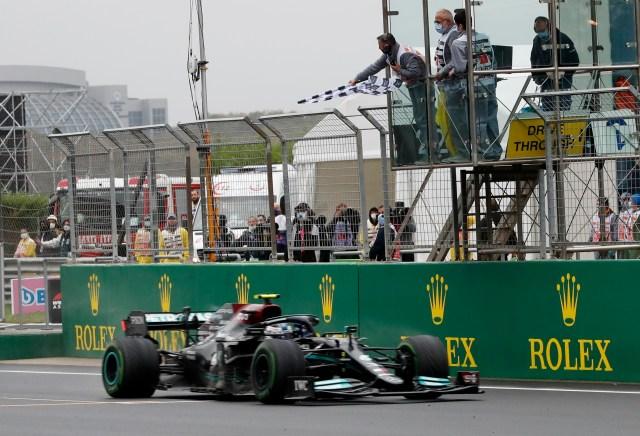 Formula One F1 - Turkish Grand Prix - Intercity Istanbul Park, Istanbul, Turkey - October 10, 2021  Mercedes' Valtteri Bottas crosses the line to win the race REUTERS/Murad Sezer