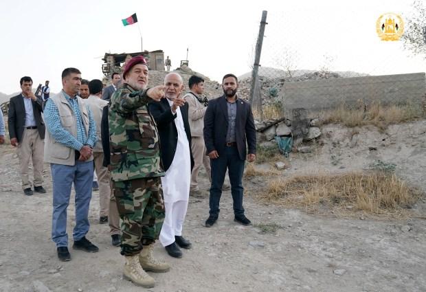 Le président afghan Ashraf Ghani et le ministre de la Défense par intérim Bismillah Khan Mohammadi visitent le corps militaire à Kaboul, en Afghanistan, le 14 août 2021. Palais présidentiel afghan / Document via REUTERS
