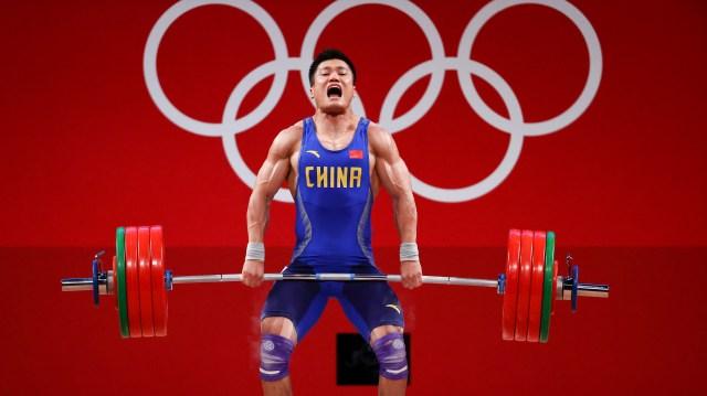 Tokyo 2020 Olympics - Weightlifting - Men's 81kg - Group A - Tokyo International Forum, Tokyo, Japan - July 31, 2021. Xiaojun Lyu of China in action. REUTERS/Edgard Garrido
