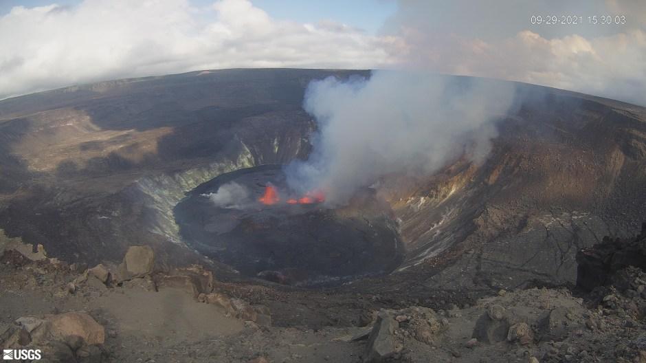 Vista general de la lava que emerge en el cráter Halema'uma'u del volcán Kilauea en Kilauea, Hawái, EE. UU. El 29 de septiembre de 2021, en esta imagen fija proporcionada por la cámara de vigilancia del USGS.  Crédito obligatorio USGS / vía REUTERS