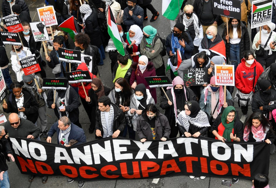 Pro-Palestinian demonstrators attend a protest following a flare-up of Israeli-Palestinian violence, in London, Britain May 22, 2021. REUTERS/Toby Melville