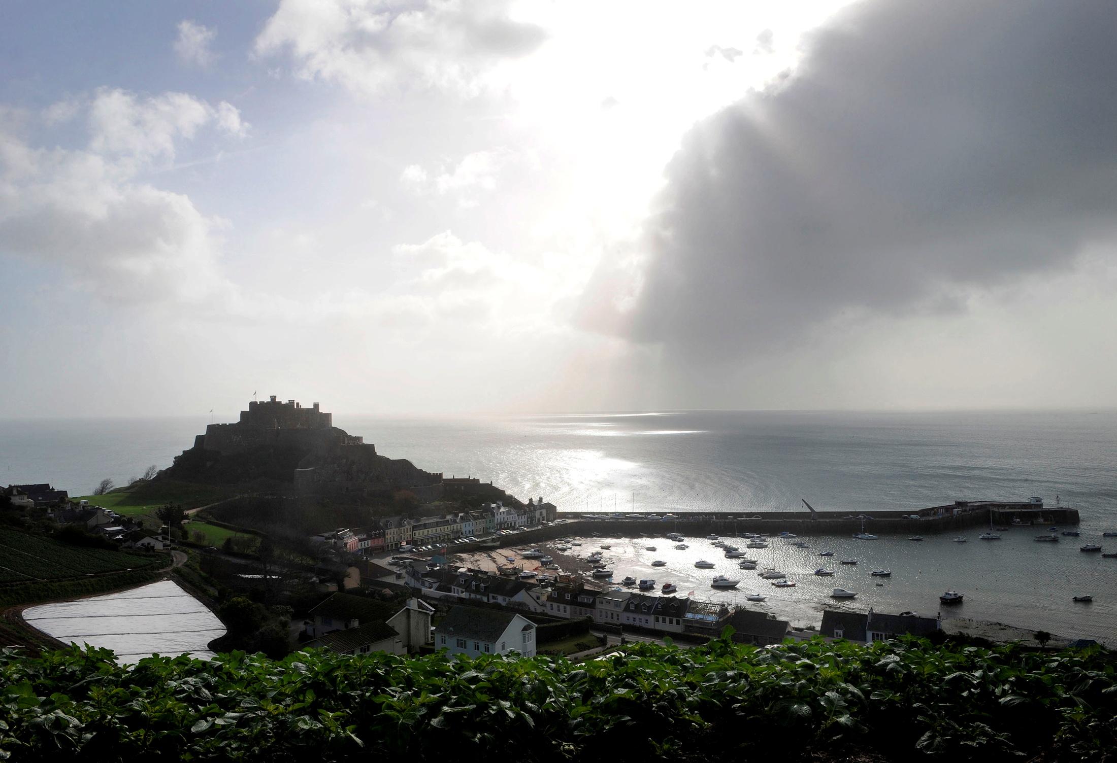 Το χωριό Gorey Harbour και το κάστρο Mont Orgueil βρίσκονται στο Τζέρσεϋ σε αυτήν την φωτογραφία αρχείου της 1ης Μαρτίου 2008./Toby Melville