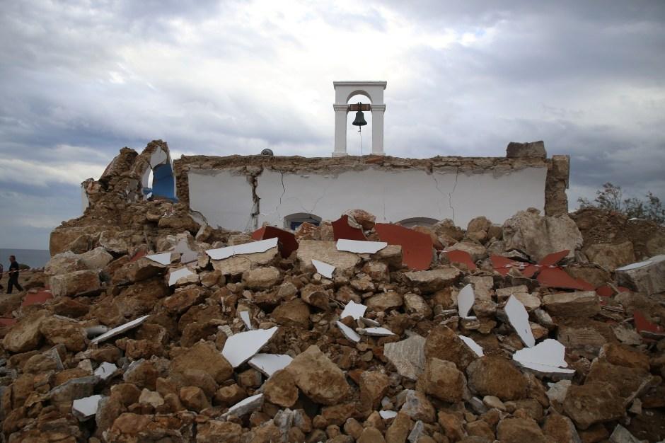 Una vista de una capilla destruida después de un terremoto en el pueblo de Xerokampos en la isla de Creta, Grecia, el 12 de octubre de 2021. REUTERS / Stringer