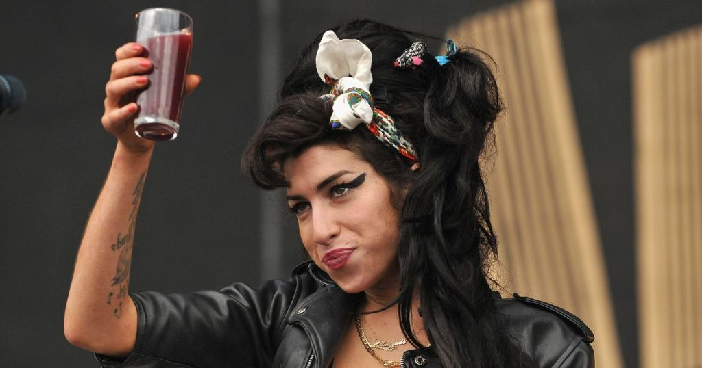 2 Amy Winehouse Dies At 27