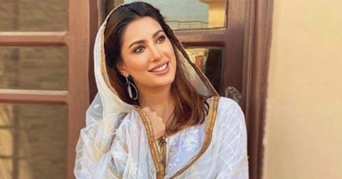 Mehwish Hayat recites soulful naat but silence critics 696x365 1