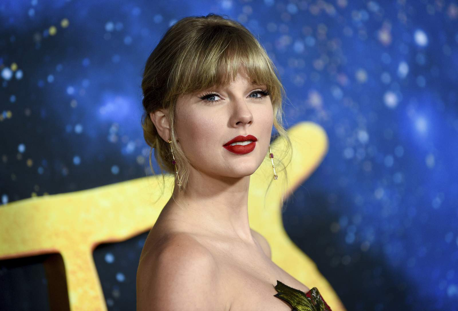 Taylor Swift donates $30,000 to 18-year-old girl to pay her college fee