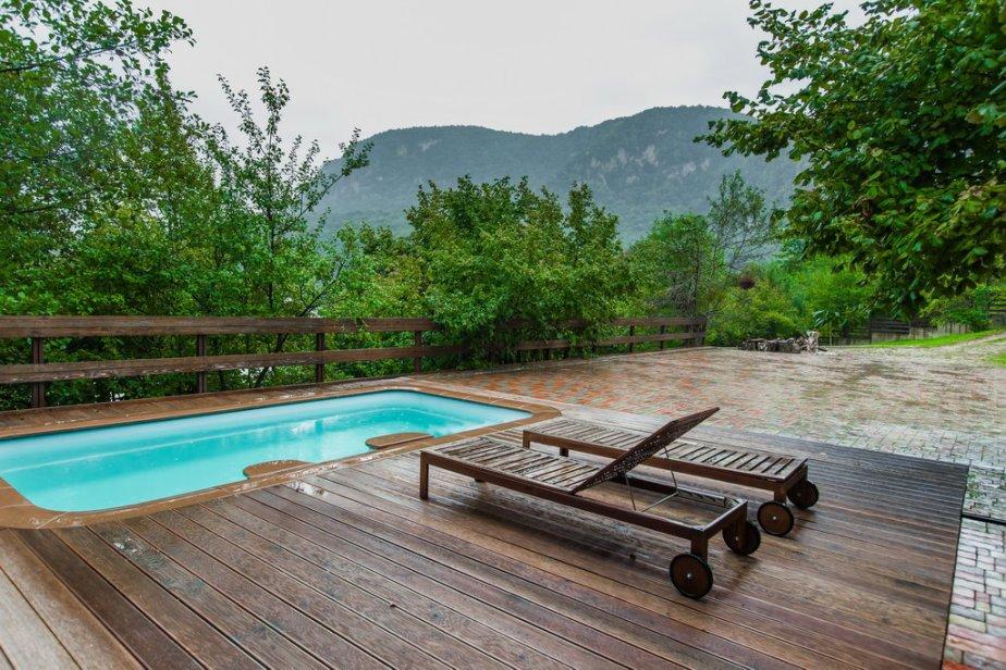 Бассейн во дворе домика с двухкомнатными апартаментами и баней в мини-гостинице Вершина в Гуамке