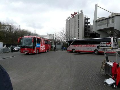 Zwei Busse - ein schöner und ein grau-silberner