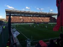 Fußball im Sonnenschein