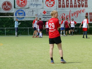 Umgekehrte Welt - Stürmerstar Sasa Ciric hält hinten dicht, während vorne geeckballt wird
