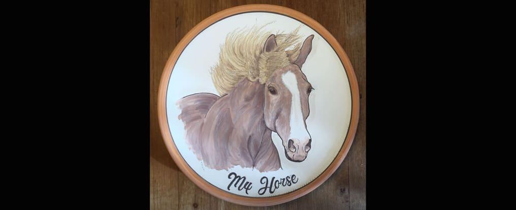 Come nasce il piatto con dipinto il suo cavallo